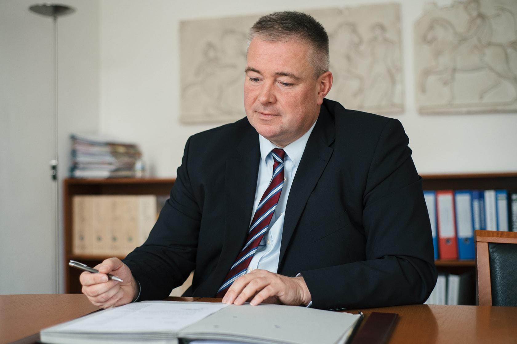 Ralf Pagels, Rechtsanwal, Notar und Fachanwalt für Verkehrsrecht und für Versicherungsrecht, untersucht einen Fall