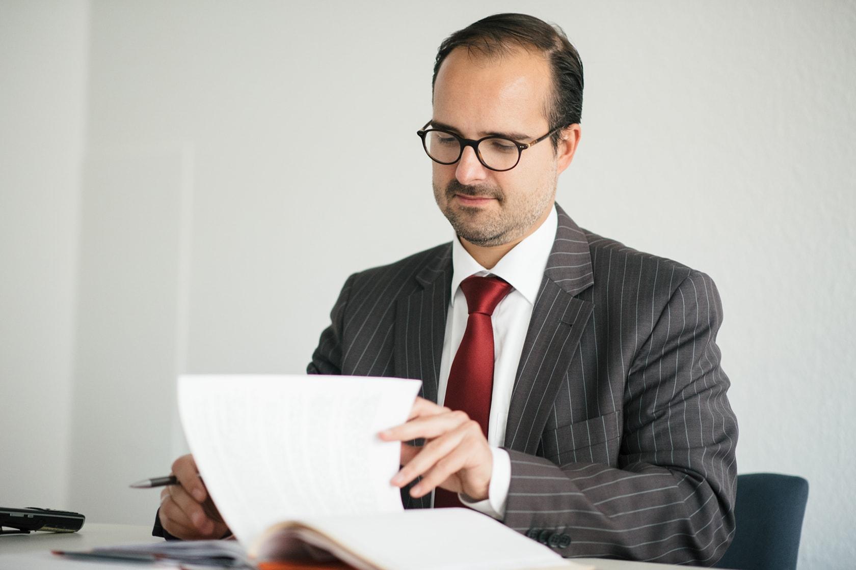 Rechtsanwalt und Fachanwalt für Versicherungsrecht Clemens Pflüger geht die Akten durch