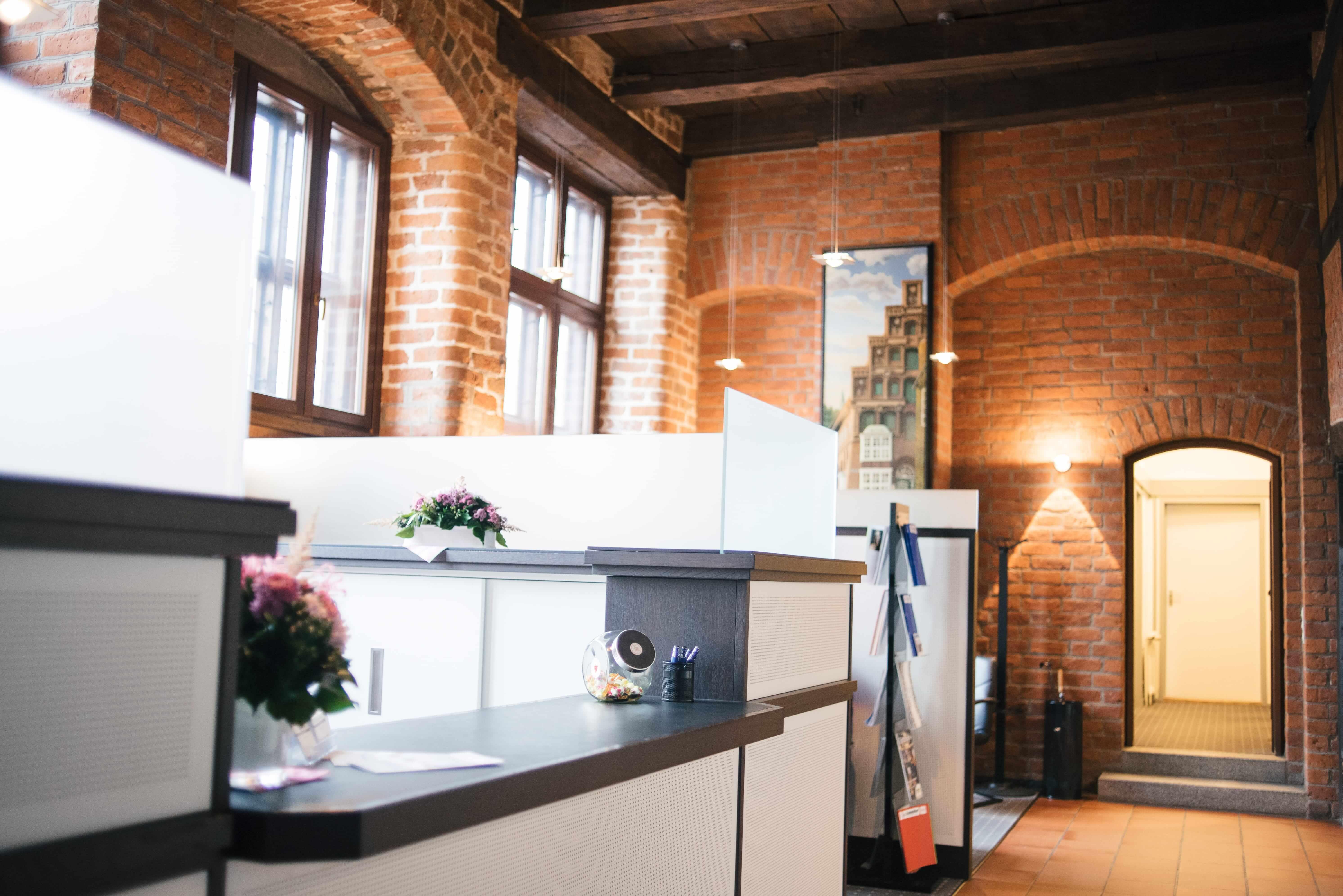 Eingangshalle mit Empfangstressen bei den Rechtsanwälten und Notaren der Kanzlei AEK in Lüneburg
