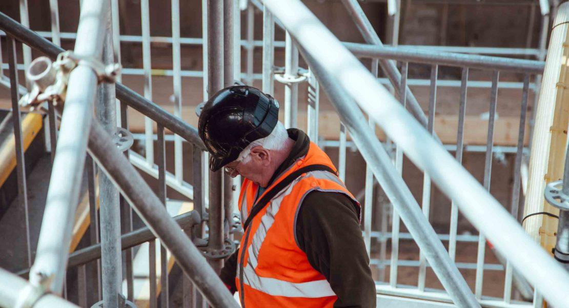 Mann auf einer Baustelle Photo byClem OnojeghuoonUnsplash